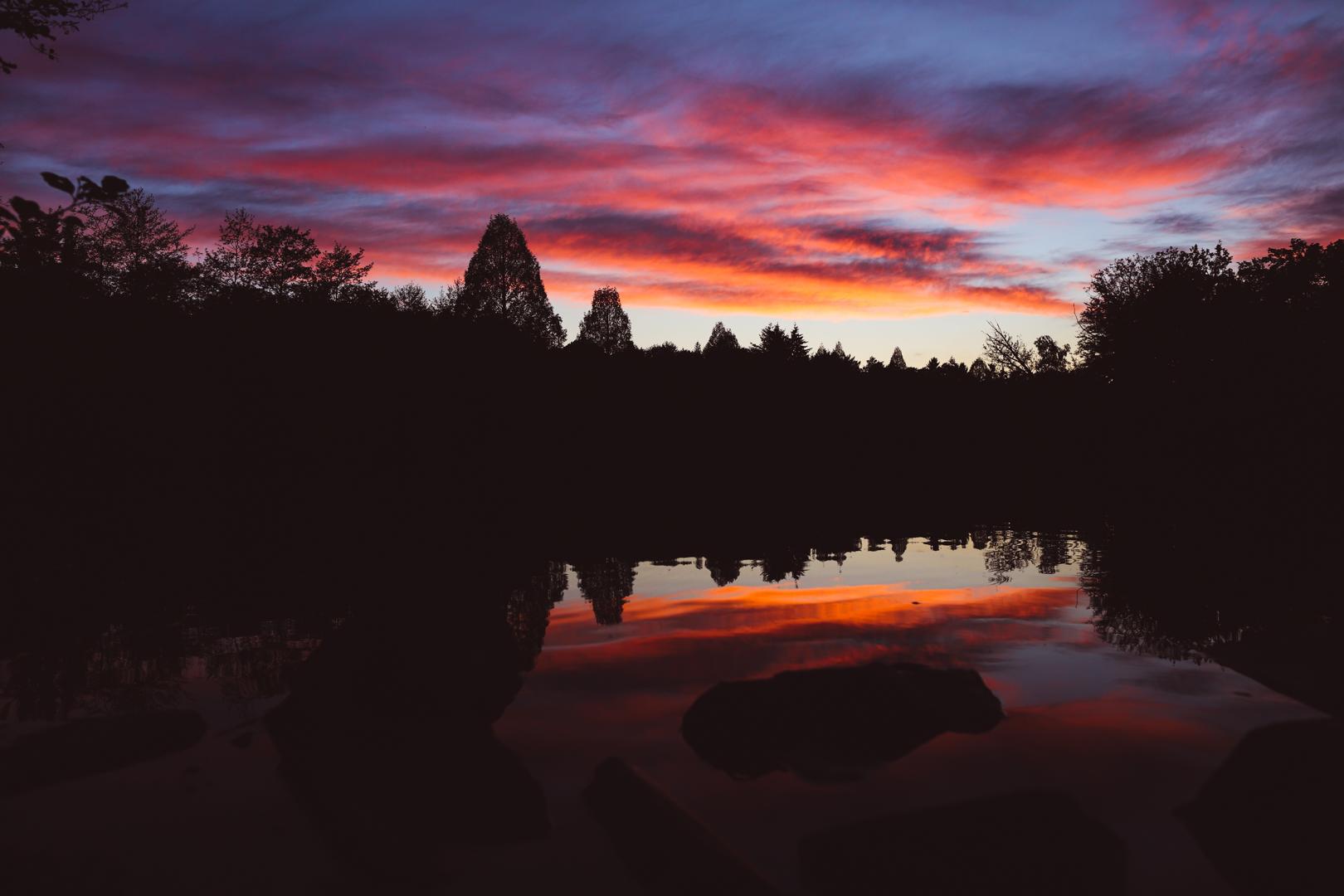 Romantischer See im Sonnenuntergang